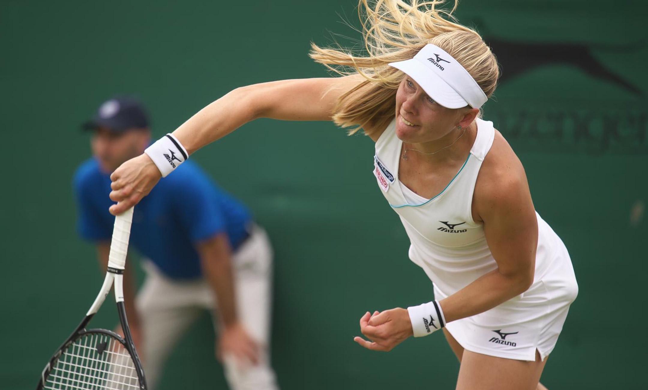 Johanna Larsson spelar tennis